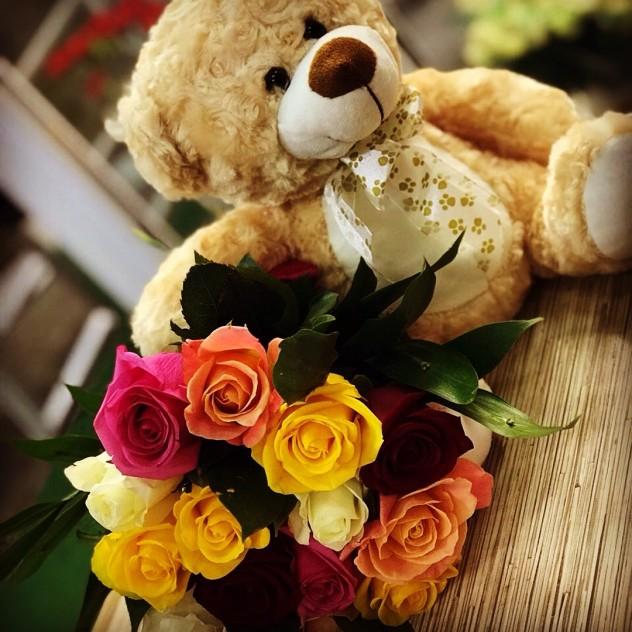 """Букет №1""""Медведь"""" 30см и разноцветные яркие розы"""