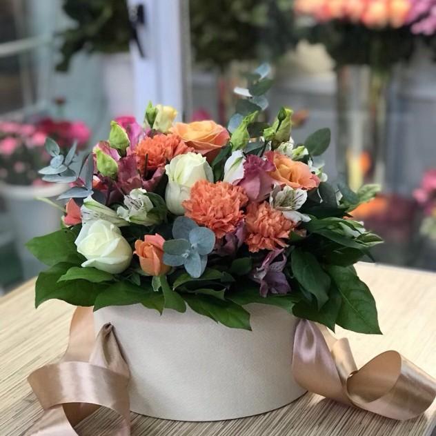 Сборная шляпная коробочка с розами и эустомой.