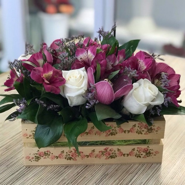 Букет №3 Декоративный ящик  с орхидеями