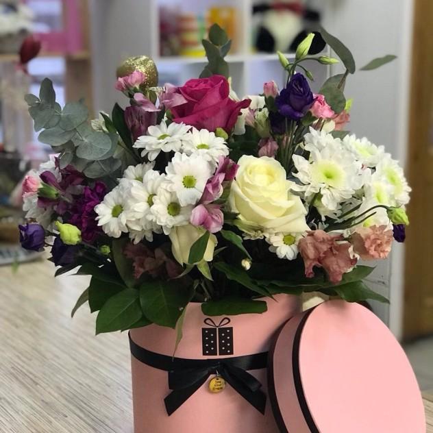 Шляпная коробочка с розами, хризантемами эустомой.