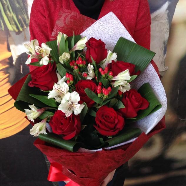 Букет №11Сборный букет из красных роз и белых альстромерий