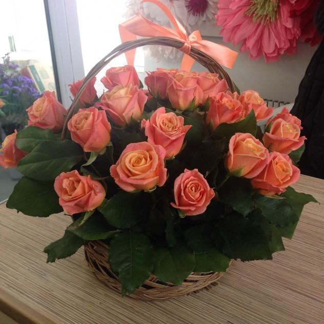 Корзина из персиково-кремовых роз