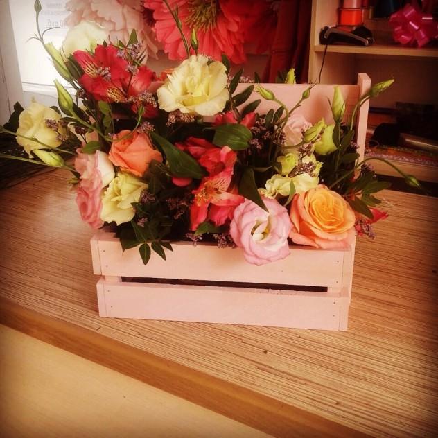 Букет №19 Декоративный ящик с розами и эустомой