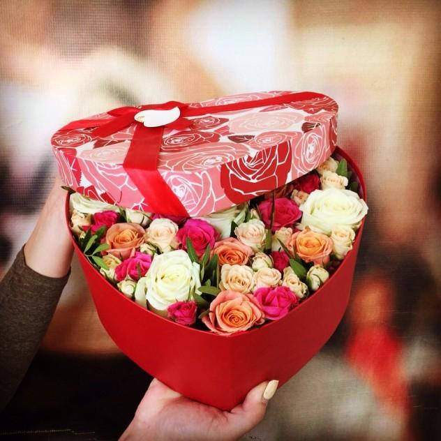 Коробочка в виде сердца из кустовых роз.