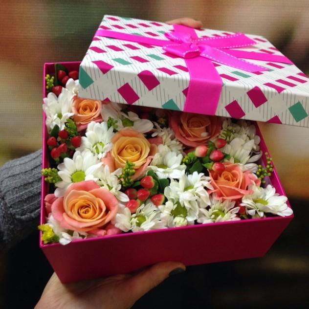 Коробочка из роз и кустовых хризантем