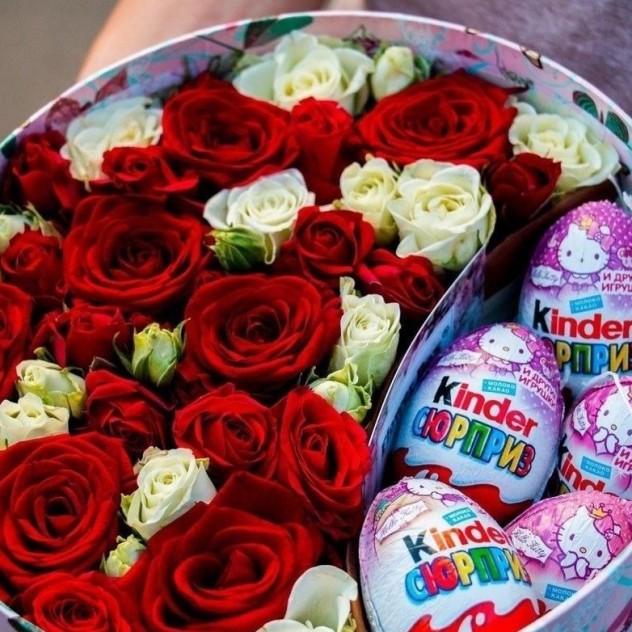 Коробочка из кустовых роз и с киндерами (5 штук)